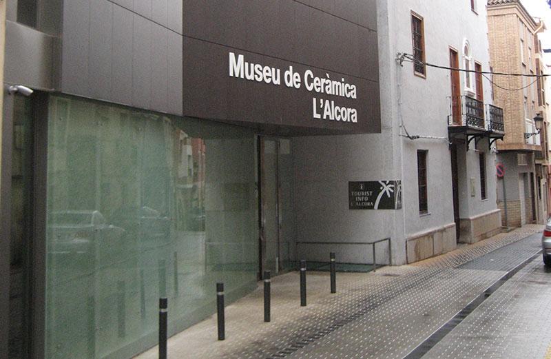 Fachada Del Museo De Cerámica