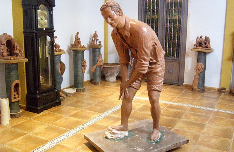Escultura Mostrando Al Alfarero Amasando El Barro Con Los Pies.