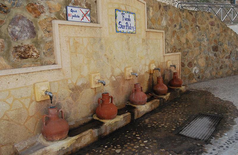 Fuente De San Pedro Con Cinco Cántaros Tradicionales.